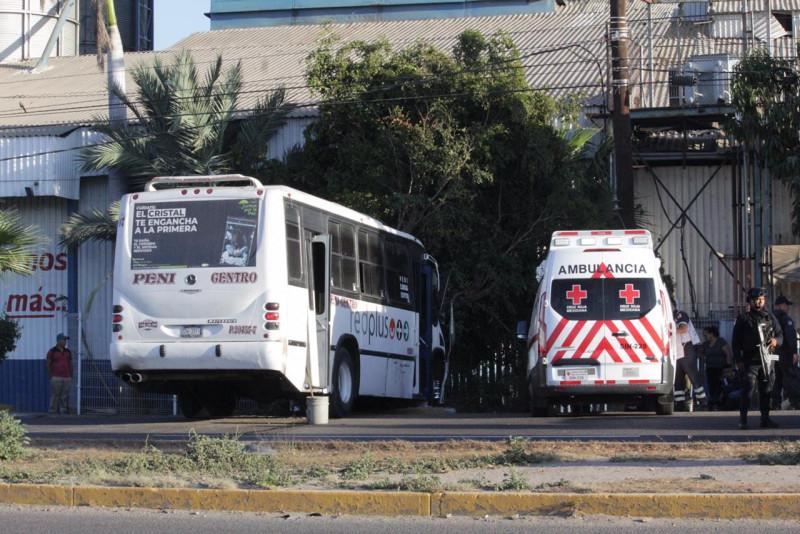 Camión urbano se queda sin frenos y choca