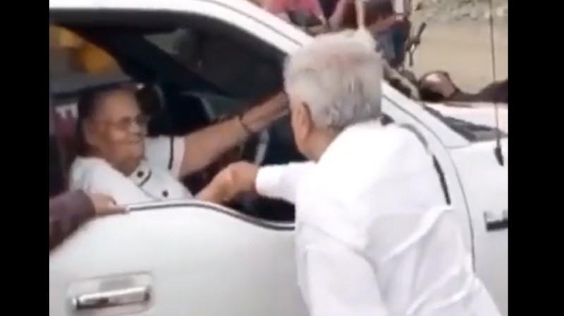 """Video: AMLO saluda a la mamá del """"Chapo"""" en su visita a Badiraguato"""
