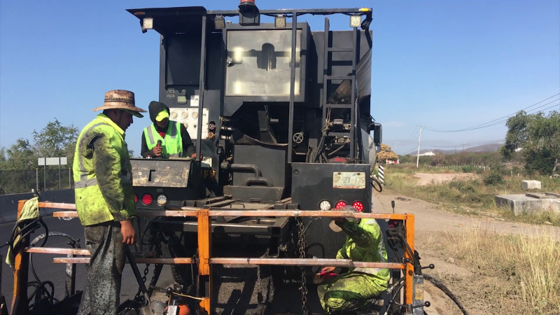 Rehabilitan carretera federal en la salida al sur