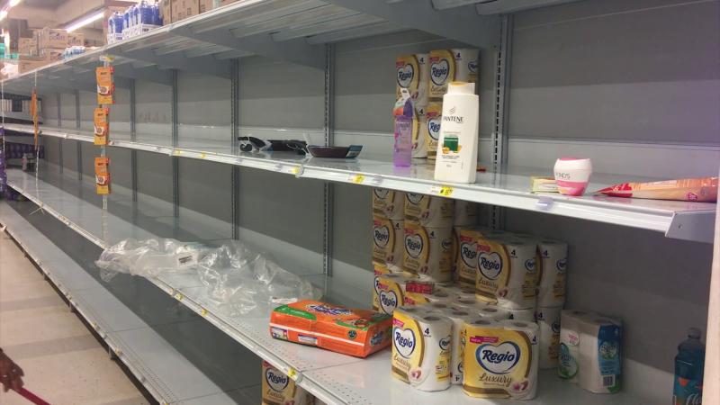 Estantes vacíos, ante compras de pánico