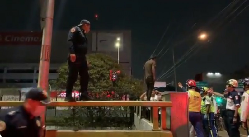 Video: policía evita que joven se suicide en la Ciudad de México
