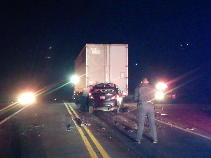Automóvil se impacta contra un trailer