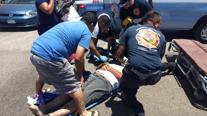 Motociclista es atropellado por una camioneta