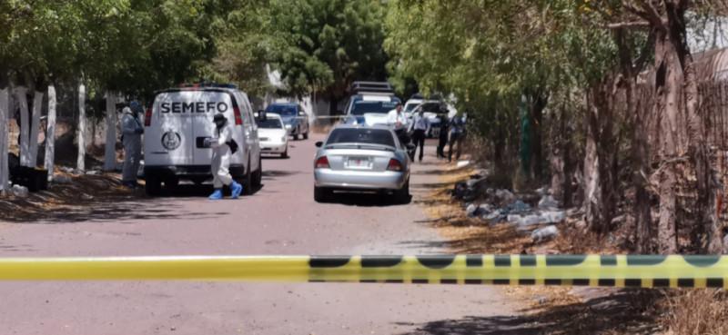 Abandonan automóvil con dos hombres asesinados