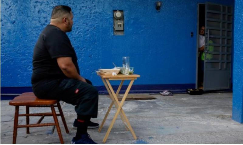 Médico sonorense come en el patio de su casa para proteger a su familia