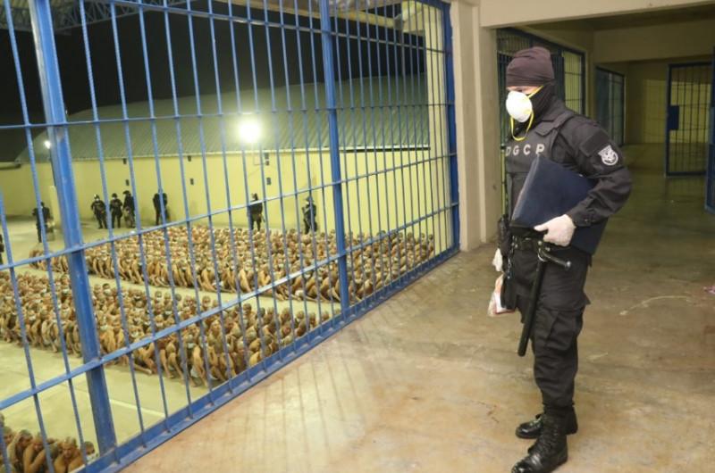 """El Salvador autoriza """"uso de la fuerza letal"""" contra pandillas por oleada violenta"""