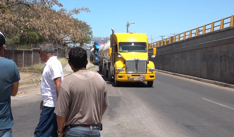 Operadores de pipas de Pemex hacen paro de labores como manifestación