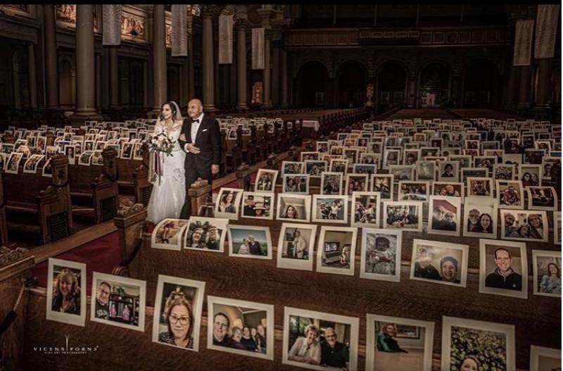 Pareja se casa en una iglesia repleta con fotos de sus invitados