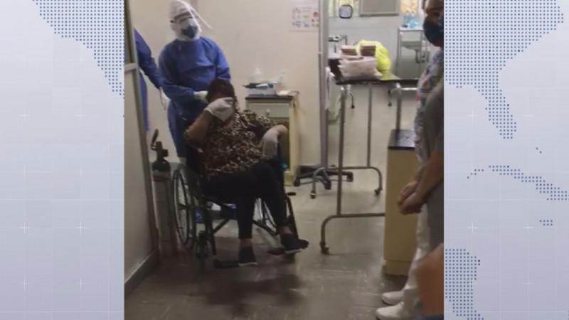 Enfermera deja el hospital tras dos semanas de estar internada por COVID-19