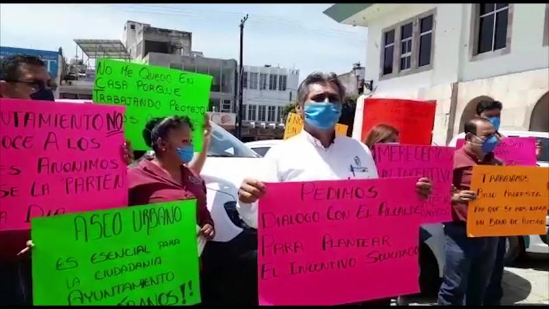 Protestan una vez más en evento del Alcalde
