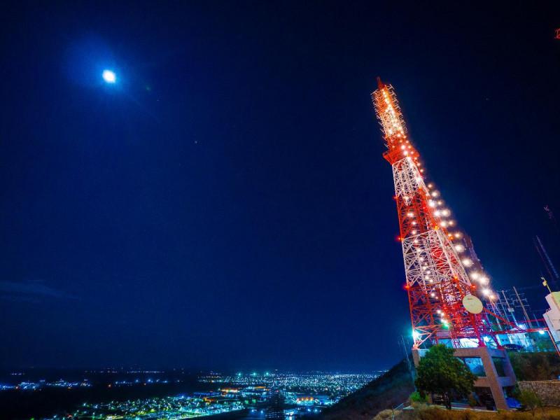 TVP Los Mochis ilumina su antena transmisora en el Cerro de la Memoria en solidaridad con la crisis de Covid-19
