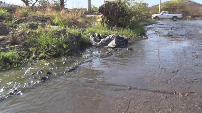 Sigue con agua la calle Bernardo de Balbuena