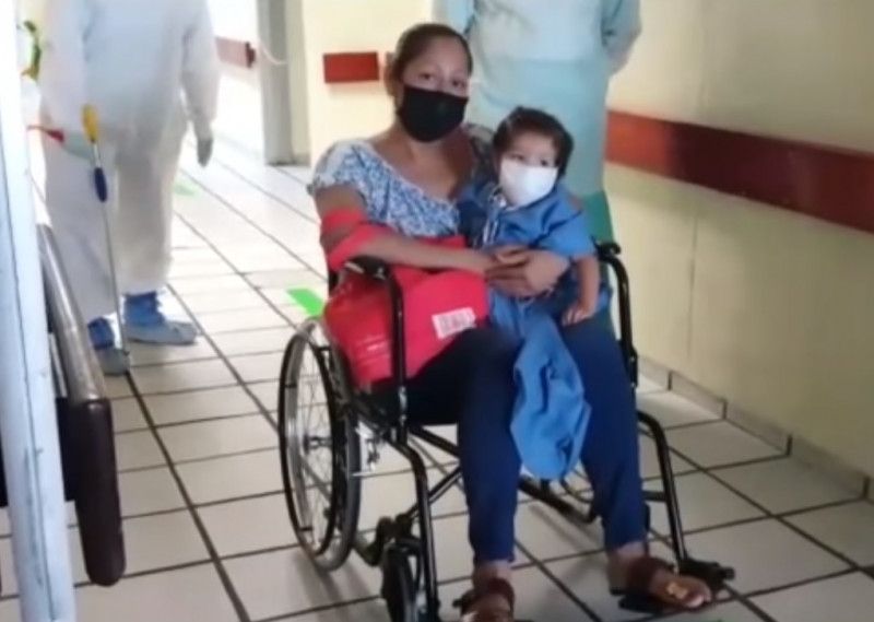 Video: Niña de 3 años vence el Covid-19 en Veracruz y  la despiden con aplausos