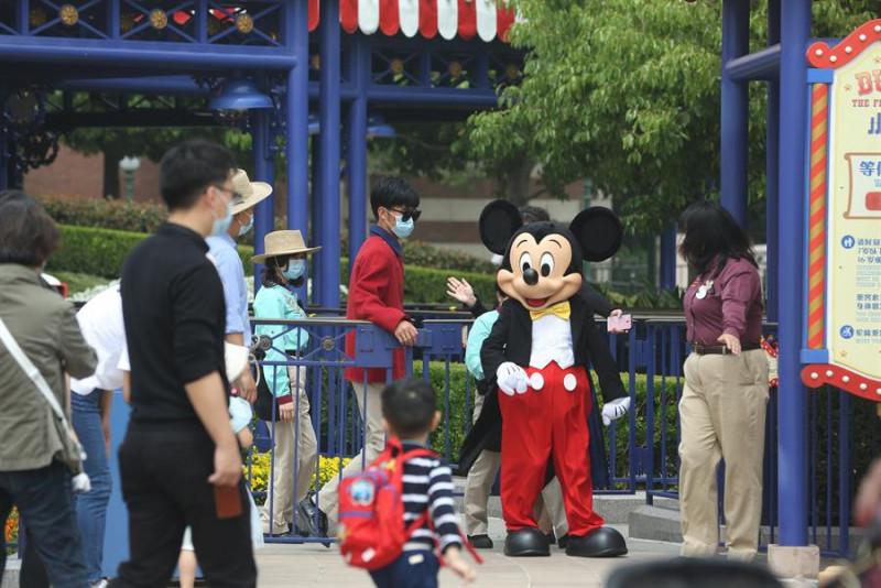 Hoy se abrió el primer parque Disneyland del mundo al 30% de su capacidad. Te decimos donde.