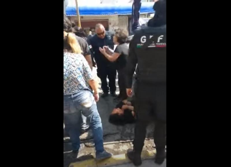 Detienen a enfermera por, supuestamente, haberle pedido a policías que guardaran su sana distancia en fonda del EDOMEX