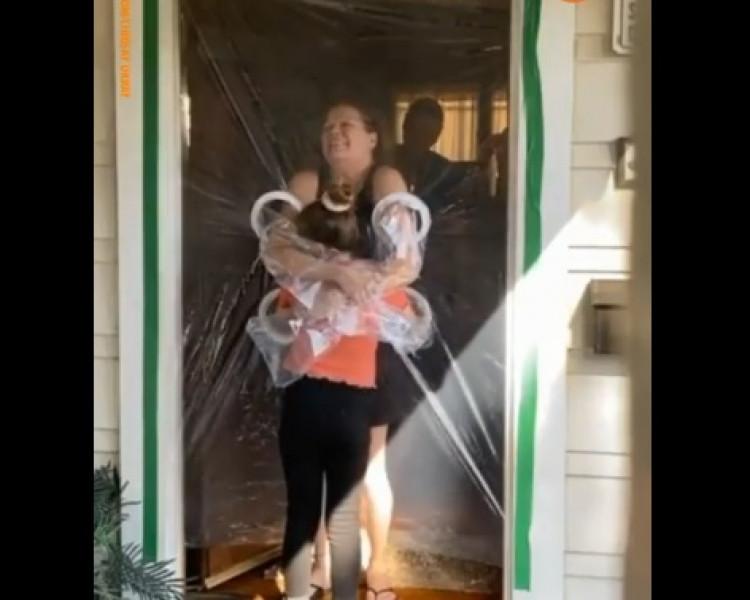 Video: Niña de 10 años diseña cortina con mangas de plástico para poder abrazar a sus abuelos