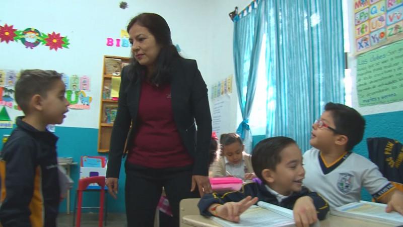 Entregan estímulos económicos a profesores