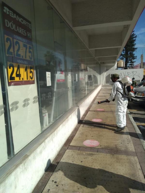 Sanitizan sitios públicos en Mazatlán