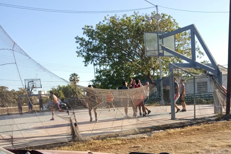 Algunos jóvenes de Mazatlán se siguen reuniendo en espacios deportivos