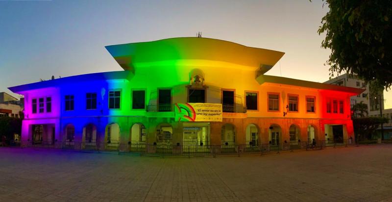 Se ilumina de colores el Palacio Municipal en apoyo a comunidad  LGBT