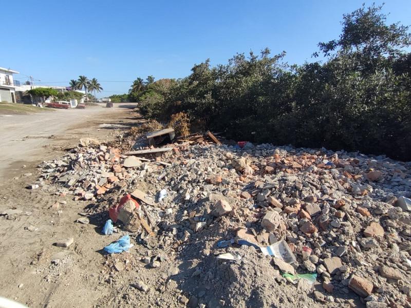Prevalece escombro en el Estero del Infiernillo