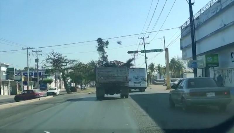 Camión tira basura en plena Avenida Gabriel Leyva