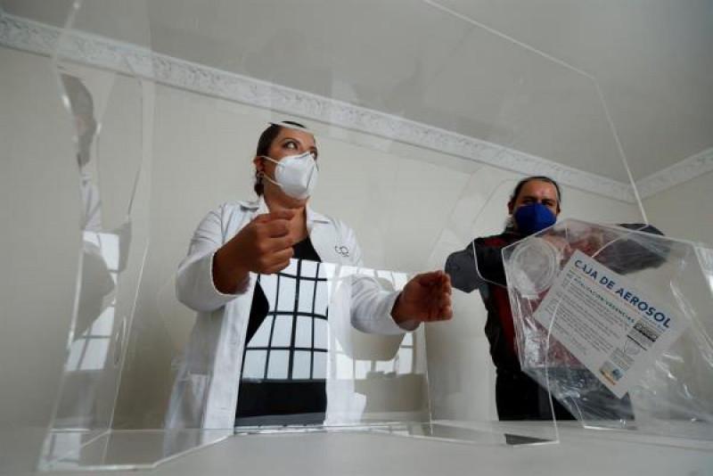 Escultor y médicos se unen contra escasez de insumos en pandemia