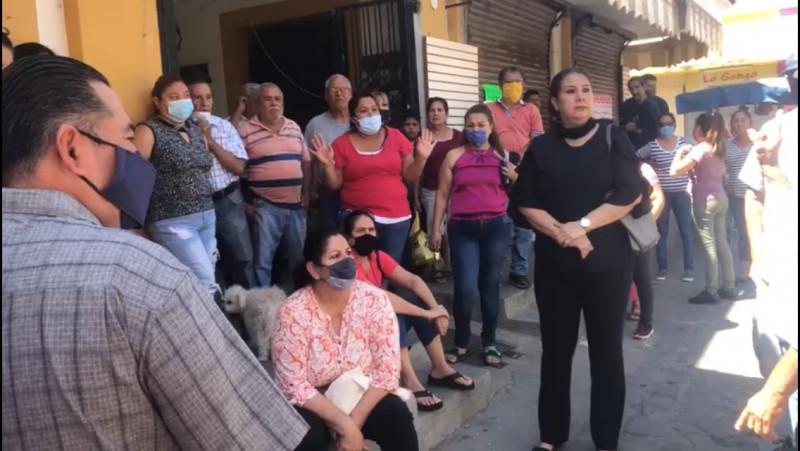 Comerciantes de El Rosario se manifiestan afuera de mercado municipal