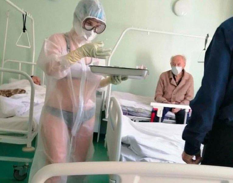 Enfermera rusa atiende pacientes de Covid-19 en ropa interior y bata transparente