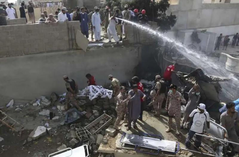 Avión se estrella en Pakistán con unas 100 personas a bordo