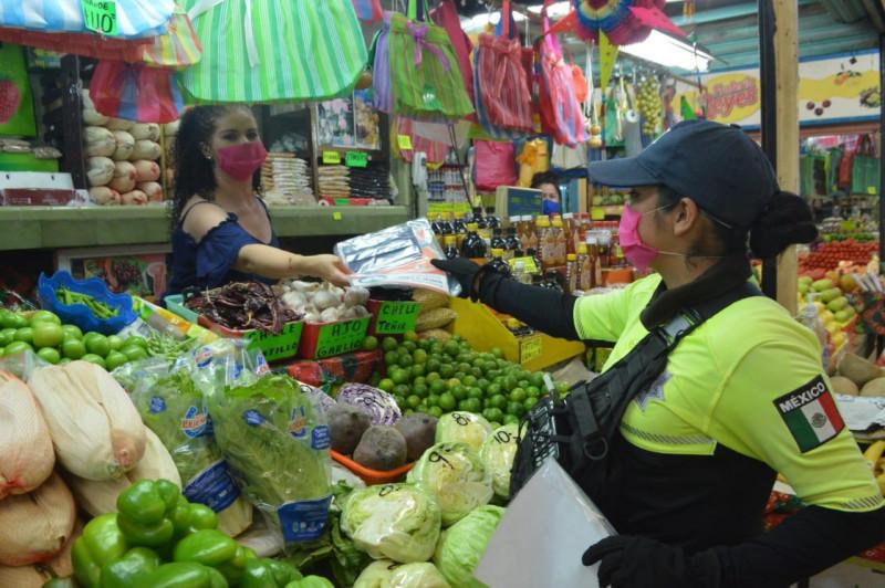 Entregan kits informativos y cubrebocas en Mercado Municipal