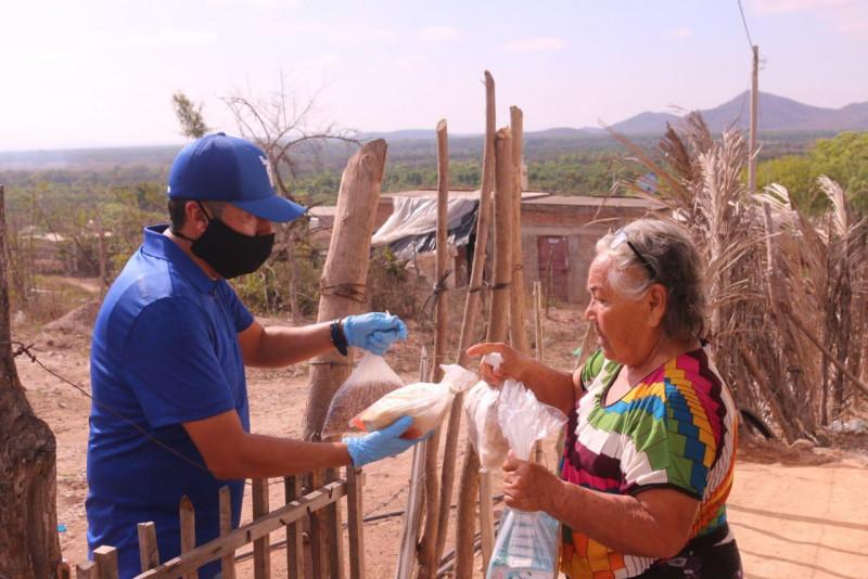 """Entregan apoyos alimenticios en comunidad """"El Cerro"""", Rosario."""