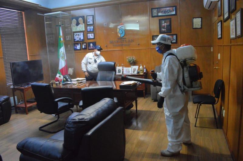 Sanitizan el Despacho del Alcalde