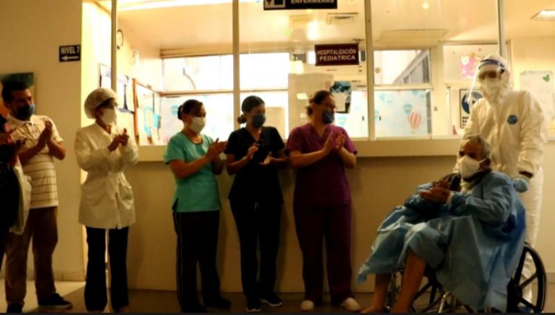 Adulto mayor y joven oncológico vencen el COVID