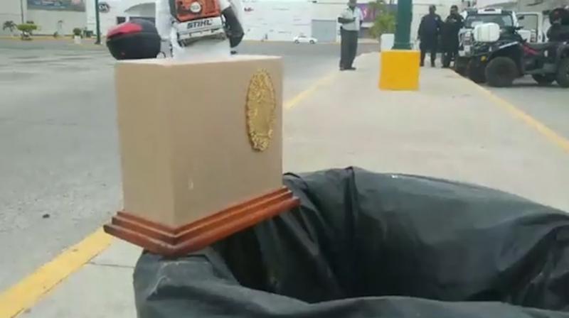 Encuentran urna de cenizas en bote de basura