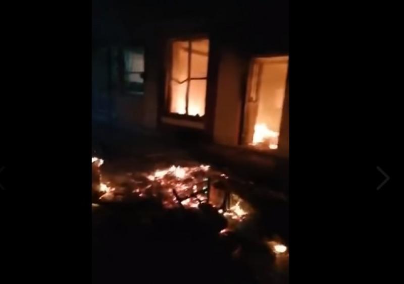 Pueblo en Chiapas vandaliza y quema palacio municipal porque creen que el alcalde los está envenenando con drones
