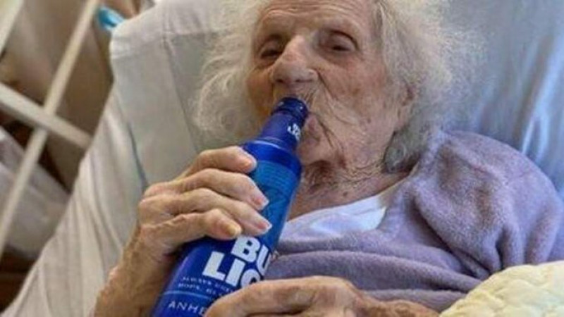 Anciana de 103 años celebra con una cerveza el haber vencido el Covid-19