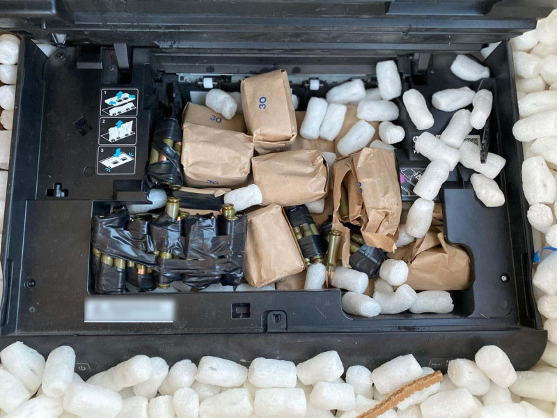 En ventilador e impresora,  localizan arma de grueso calibre y más de 400 cartuchos útiles