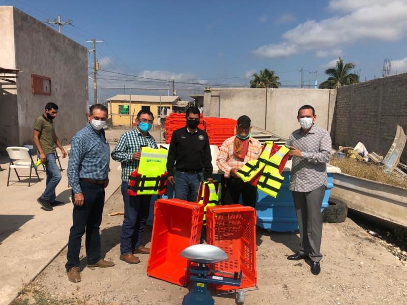 Entrega Sergio Torres chalecos salvavidas y equipo para procesar camarón
