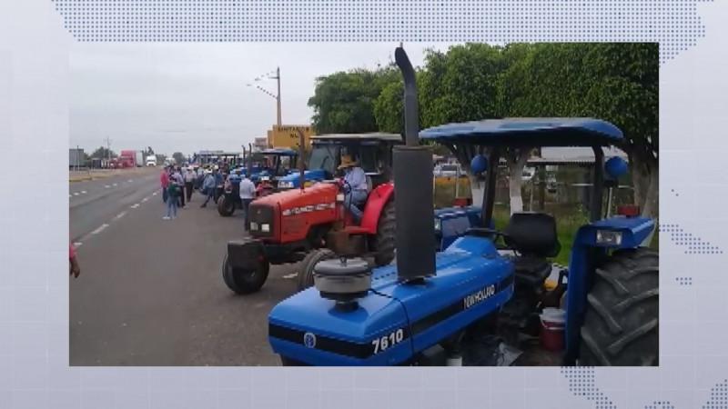 Ante incertidumbre en el precio del maíz, productores de Sinaloa movilizan maquinaria hacia las carreteras