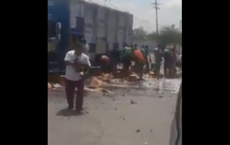 Camión de cerveza tira mercancía por error y se desata la rapiña entre la gente
