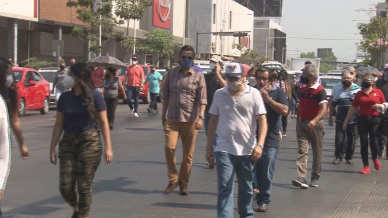 Marchan comerciantes y locatarios exigiendo la reapertura del centro comercial de Culiacán