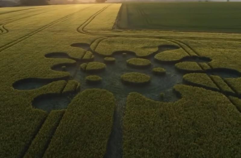 ¿Extraterrestres? Aparece 'mensaje sobre coronavirus' en campo de Inglaterra