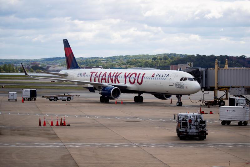 La aerolínea Delta continuará bloqueo de asientos de en medio hasta el 30 de septiembre