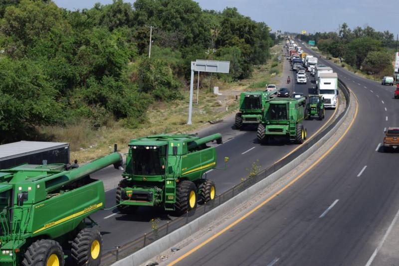 Más de 2 mil productores agrícolas toman carreteras y casetas de peaje en Sinaloa , en demanda de mejores precios a sus cosechas