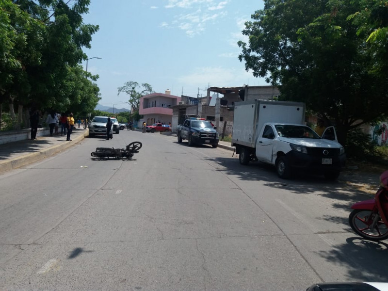 Menor se lesiona al chocar contra camioneta estacionada
