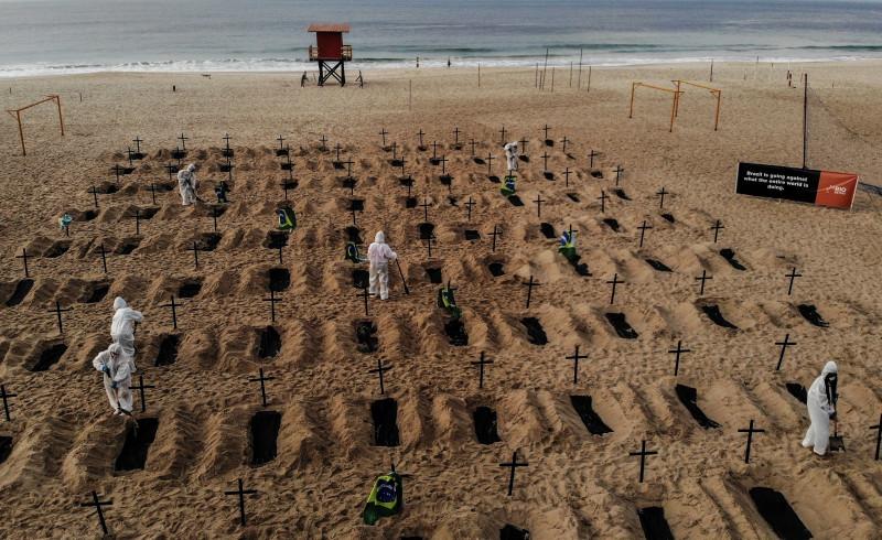 La icónica playa de Copacabana amanece con fosas en tributo a las víctimas del COVID-19
