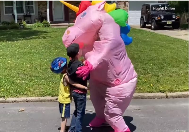 Video: Abuela se disfraza de unicornio para abrazar a sus nietos