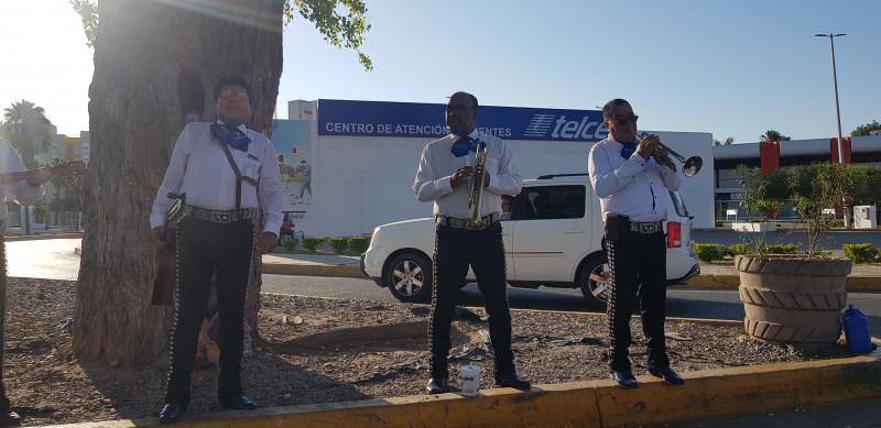 Mariachi realiza boteo en cruceros de Los Mochis