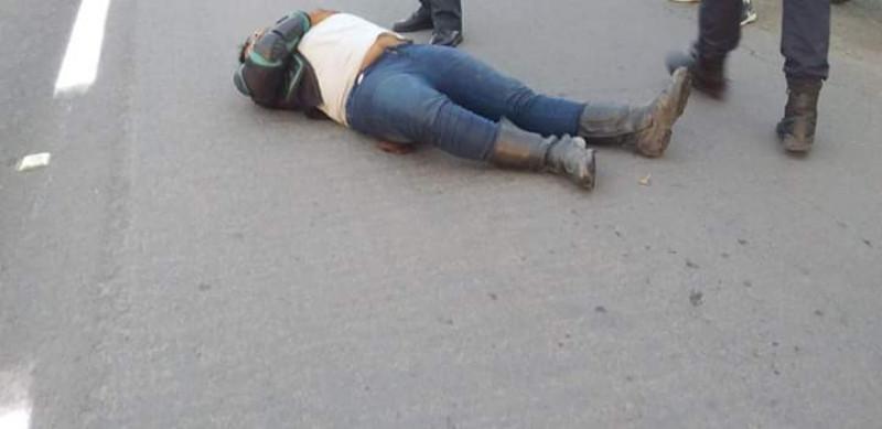 Se accidenta motociclista queda lesionado en el asfalto